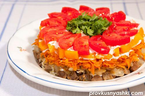 Слоеный салат из баклажанов, моркови, репчатого лука и помидоров с майонезным соусом
