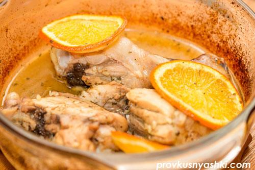 Курица в пряном соусе, запеченная с апельсинами