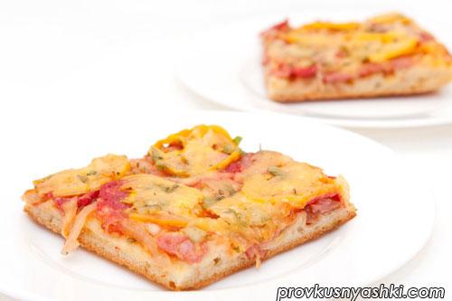 Пицца домашняя с начинкой из ветчины, салями, репчатого лука, помидоров и сыра
