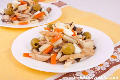 Салат «Курочка Ряба» с куриным мясом, овощами, шампиньонами и сыром