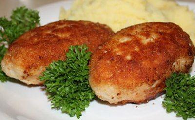 Котлеты куриные с начинкой из ананасов и грецких орехов, запеченные в духовке