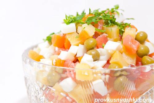 Салат «Оливье» из овощей с мясом красной рыбы, яйцами и майонезным соусом