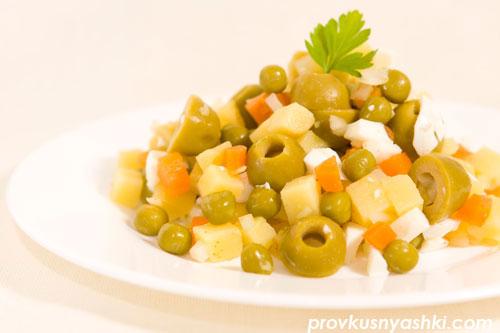 Салат «Оливье» из овощей с яйцами, зелеными оливками и майонезным соусом