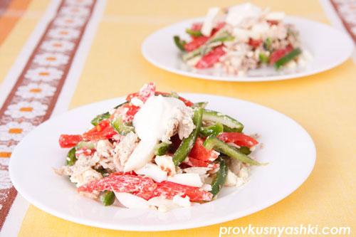 Салат «Свежесть» из куриного мяса, болгарского перца, помидоров и яиц