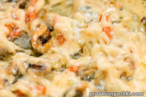Мидии с овощами под сыром