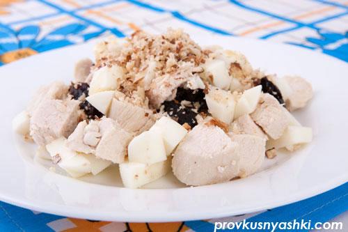 Салат из мяса цыпленка, яиц и чернослива с майонезным орехово-чесночным соусом