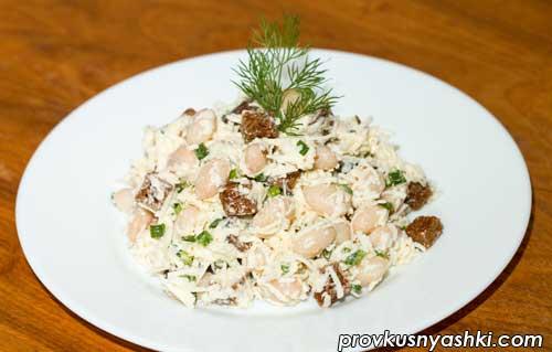 Салат из фасоли с твердым сыром и сухариками