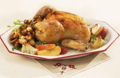 Курица, запеченная целиком с яблоками и белым вином