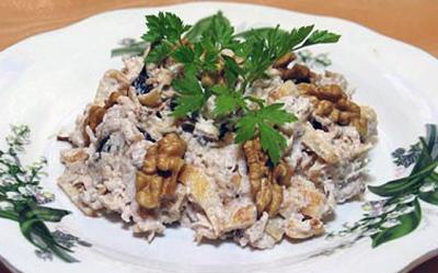Салат из мяса копченой курицы с кукурузой, ананасом и грецкими орехами по-восточному