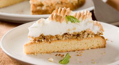 Торт «Оленька» с орехами и воздушным безе