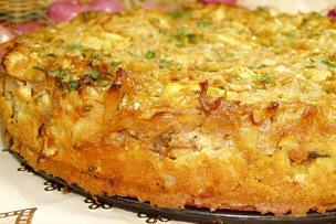 Пирог с начинкой из капусты, куриного мяса, яиц и зеленого лука