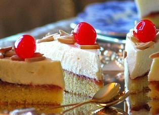 Бисквитные пирожные с миндальным муссом