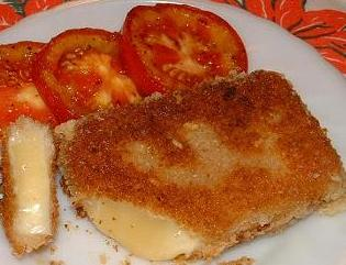 Сыр, жаренный в панировочных сухарях