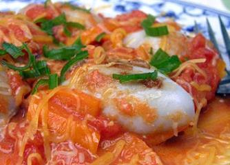 Кальмары фаршированные под соусом из томатов и сладкого перца