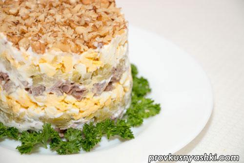 Слоеный салат «Принц» с мясом и пикантными чесночными огурчиками