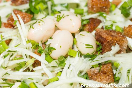 Салат из белокочанной капусты с фасолью и сухариками