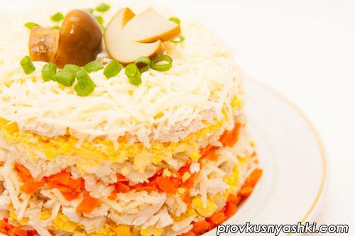 Слоеный салат с куриным мясом, грибами, овощами, яйцами и сыром
