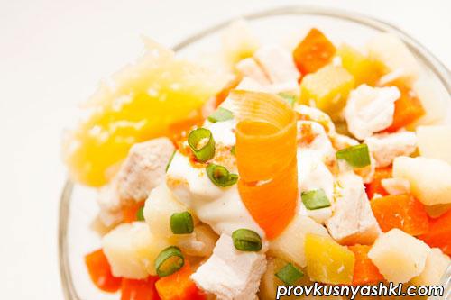 Салат «Оливье» из овощей с куриным мясом и яблоком под сыром