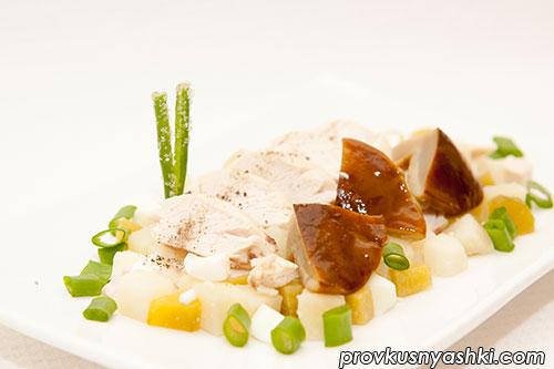 Салат из мяса цыпленка с картофелем, яйцами, маринованными грибами и огурцами