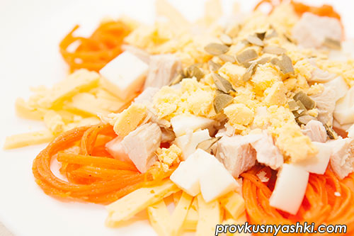 Салат из куриного мяса, яиц, сыра и моркови «по-корейски»