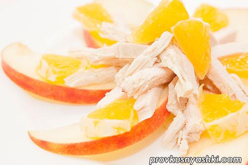 Салат из куриного мяса с яблоком и апельсином