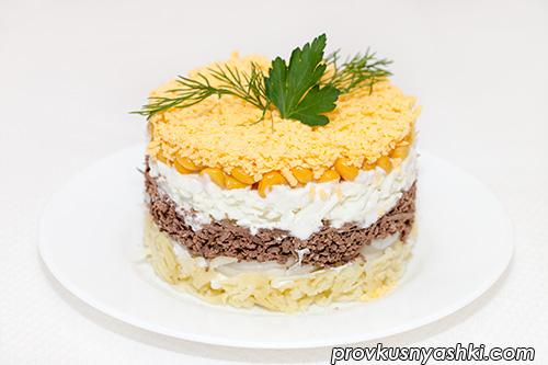 Слоеный салат из печени с маринованным луком
