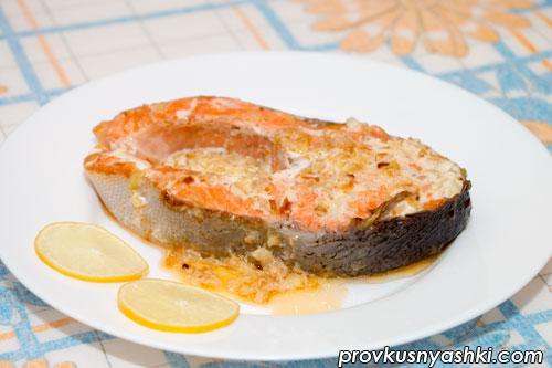 Жареный стейк из лосося со сметанным соусом