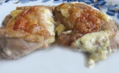 Куриные бедра, фаршированные начинкой из сыра и пряных трав