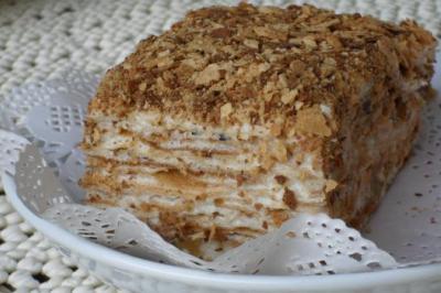 Торт «Наполеон» с заварным кремом и грецкими орехами