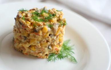 Салат «Наслаждение» с куриным мясом и грибами