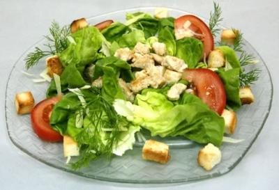 Салат «Цезарь» с мясом цыпленка, шампиньонами, зеленым салатом, помидорами черри и сухариками