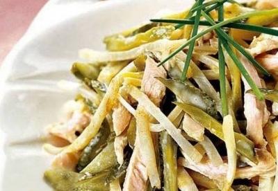 Салат из куриного мяса, сельдерея, соленых огурцов и шампиньонов