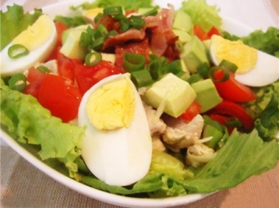 Салат из куриного мяса, яиц и томатов с пикантным соусом
