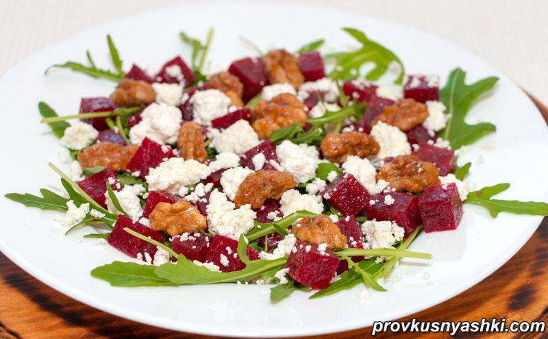 Вкусный летний салат из свеклы, творога и орехов